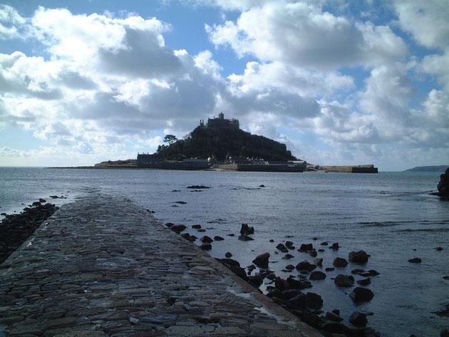 イギリスのSt.Michel's Mountにはちゃんと潮の満ち引きで現れる道がある。モン・サン・ミッシェルの方は、今はめったに沈まないらしい。