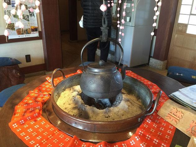 囲炉裏でお湯を沸かしておられました。この周りでお茶を楽しんだりもできます!素敵!