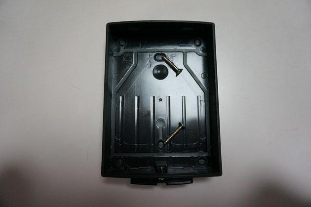 ネジの先の2箇所に穴をあけて取り付ける壁などに直接この裏蓋を取り付けます。