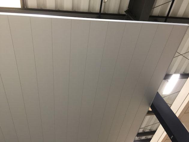 リクシルカーポートSCの屋根を下から見た写真。ネジやボルトが一つも見えない。