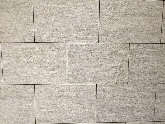 右側の壁。細めの目地が入っていて、タイルが壁に貼られている。