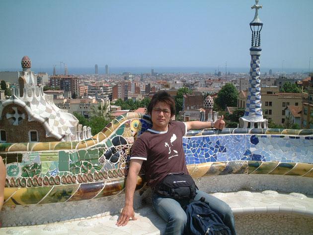 スペインはバルセロナにある『グエル公園』のベンチに座る柴垣 モザイクタイルが素敵だ