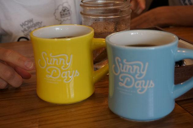 サニーカフェと可愛いロゴが入ったマグカップ