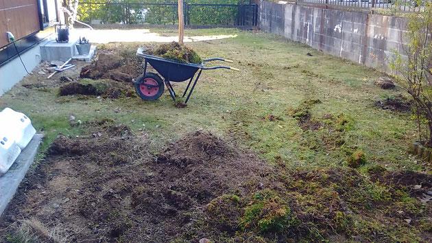 ウッドデッキを撤去して、芝生を剥がしています。