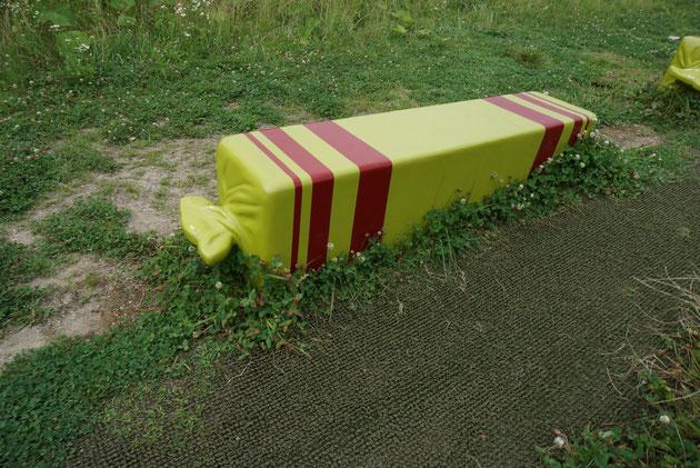 素敵なキャンディーの包み紙がたのベンチ。ドキドキワクワクするようなデザインだ!!