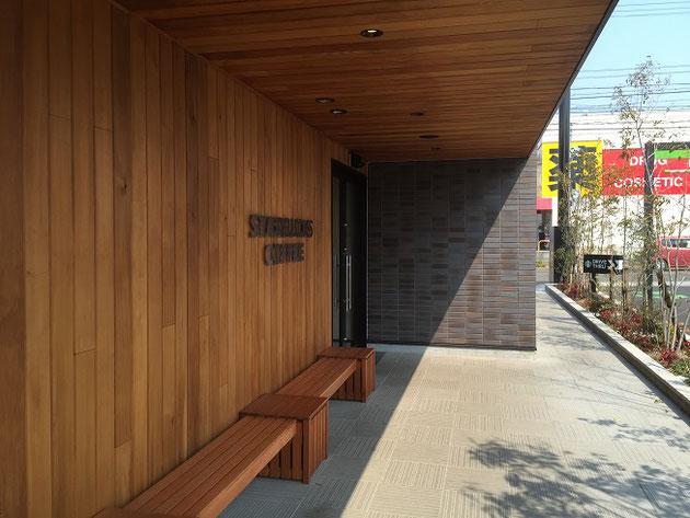 人間は立ち上がっている構造物に目が行く事が多い。スターバックスの建物。木製の壁とタイルの壁とサイン。シンプルでいい。