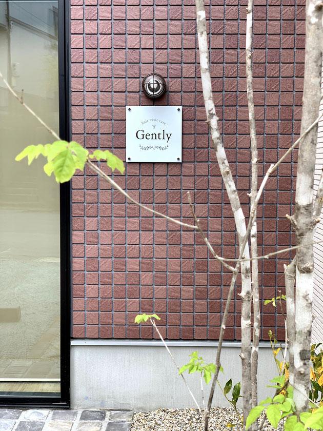 美容室の入り口にはアオダモ越しに見えるGentlyさんの看板が見える