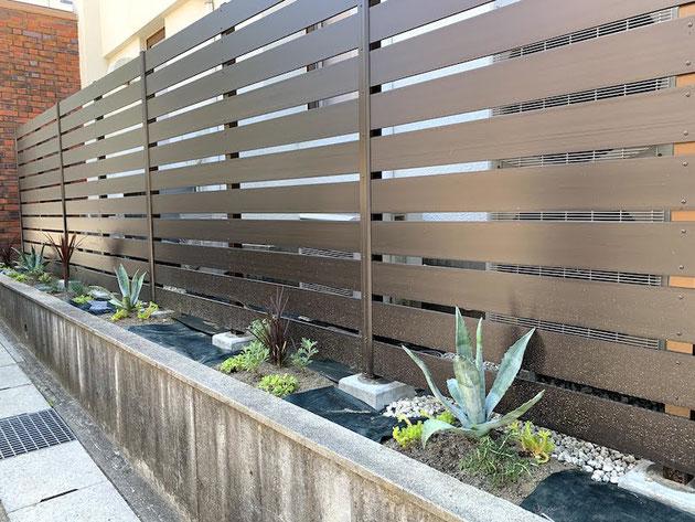 前面の植栽部分も植栽以外のグリ石がくる部分はしっかりと防草シートを敷いておきます