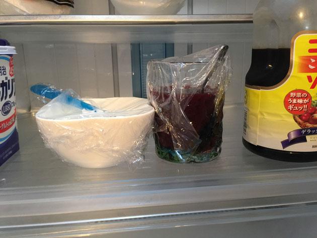チアシードを入れたヨーグルトと野菜ジュースを冷蔵庫の中で一晩寝かせた。ヨーグルトはブルガリア。ジュースはカゴメ。そしてソースはコーミだ!ザ・名古屋人。