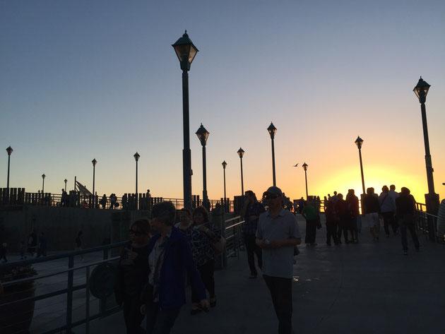 夕暮れ時の桟橋 サンセットを見ようとたくさんの人が訪れる