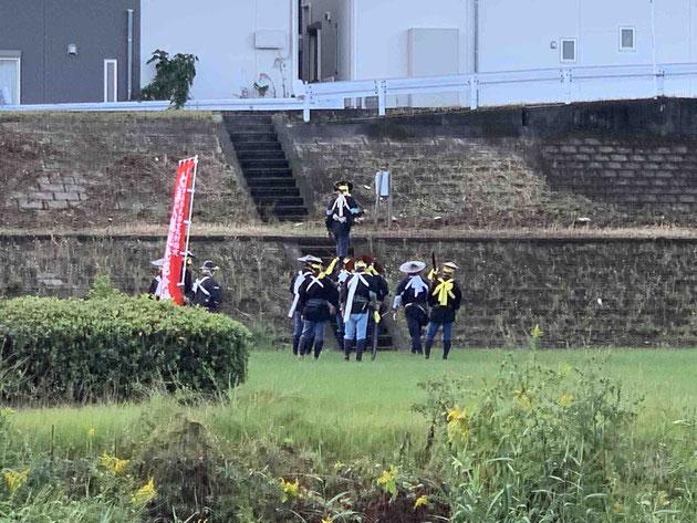 朝、いつもの通勤路である矢田川の河川敷を歩いていると号砲と共に鉄砲隊発見!