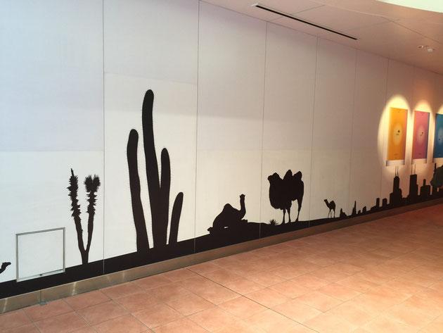 壁に黒い絵が描いて(貼って)あるルーセントアベニュー。サボテンやラクダ。ここは砂漠でしょうか?
