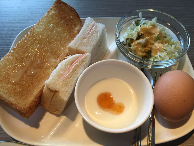 トーストにサンドイッチ。ゆで卵とサラダとヨーグルトだ!最高の洋風モーニング。