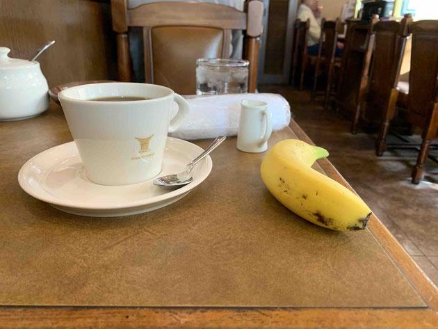 まずはコーヒーとバナナが出てきます!