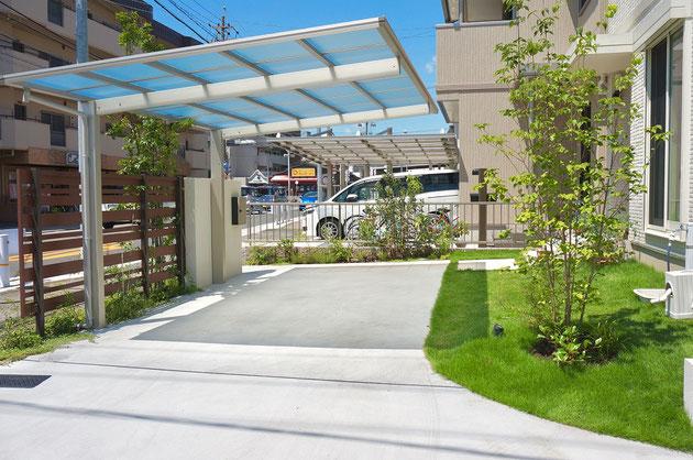 駐車場も車が無いときはお庭の一部に。コンクリートのRのデザインが庭と駐車場をつなげます。