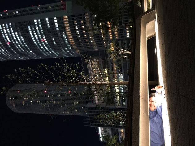 大名古屋ビルジングのスカイガーデンを探索するガーデンドクター柴ちゃん。