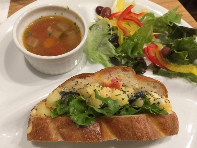 ジャガイモが挟んであるニソワーズ素敵なサンドイッチだ!