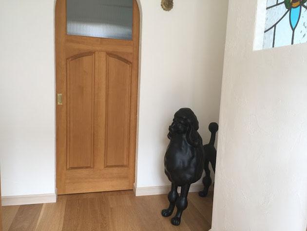 玄関入って直ぐお出迎えしてくれるプードルちゃん。こちらは本物ではありませんが。