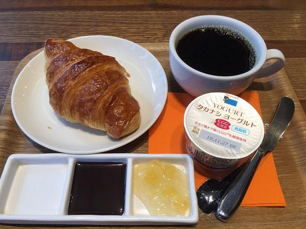 東京で頂くモーニング。クロワッサンとヨーグルト。コンディメントはジャム&チョコソース。