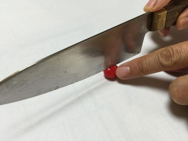 謎の赤い実を包丁で2分割する
