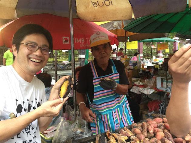 タイの公園でおじさんが焼きバナナを売っていました!とても美味しかった!!!