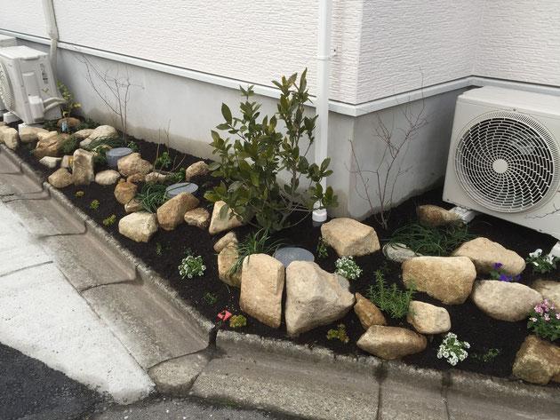 素敵なロックガーデン風花壇に!!!春になると植物がしっかり茂り、素敵になる事間違い無し!
