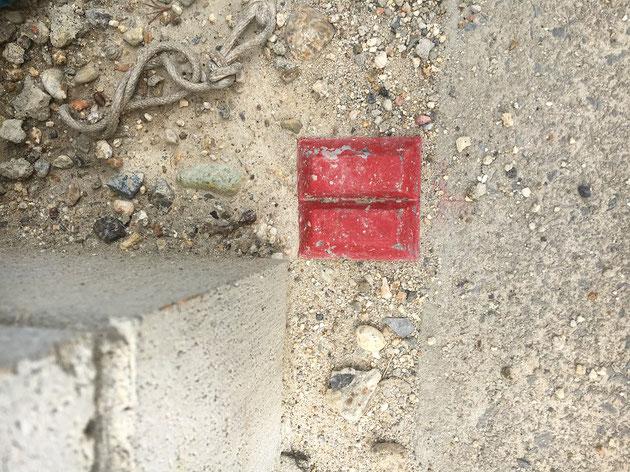 同じコンクリート製の境界杭でも、矢印の形が違う!