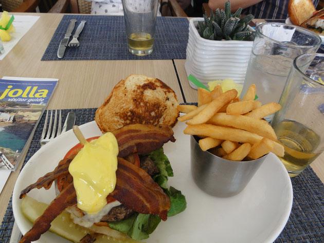 ハンバーガーどーん!!ポテトもどーん!!ピクルスはキュウリの半身です。