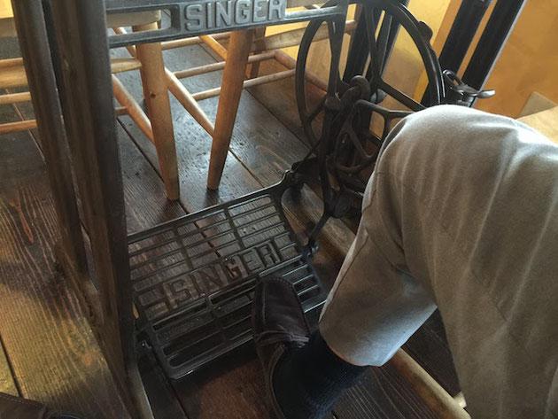 柴ちゃんがいたテーブル。これって実はミシンじゃない!?