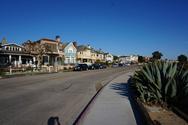前面道路めちゃくちゃ広い。これなら家の前の道路を駐車場にしたってへっちゃら。