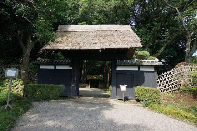 水戸偕楽園の表門。茅葺き屋根と瓦がのった門塀。昔の時代劇等にそのまま使えそうな雰囲気。