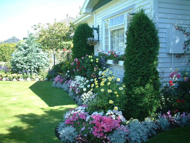クライストチャーチのお庭 守山区でも作れそうな植栽が植わっているが、軒の下やハンギングバスケットまでしっかりと自動灌水システムがくまれている