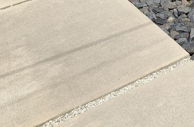 駐車場のコンクリートの目地が砂利の場合
