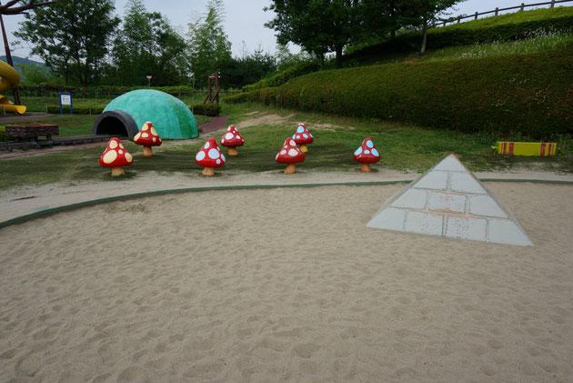 砂場から突き出るピラミッド。その脇には大きくなれそうなキノコが!!