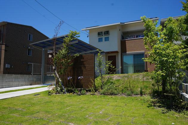 青い空と芝生のグリーンが素敵な守山区上志段味のY様邸の外構。