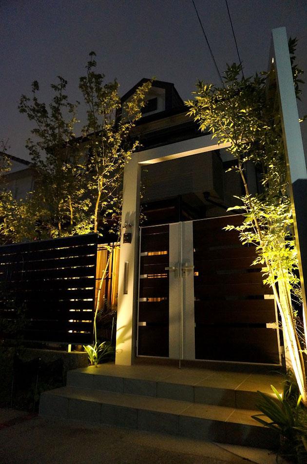 門周りの夜景。プラスGのゲートと植栽がライトアップされて美しい夜景になる。