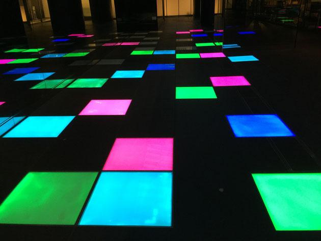 ルーセントタワーの地下へ通じる通路は床にライトアップの仕掛けが!