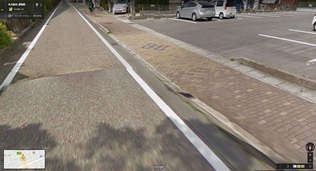 レンガ舗装の歩道。クルマ乗り入れ部分のみレンガの色が違う。