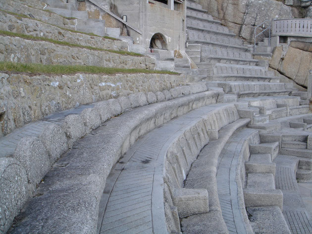 モルタルで成型された部分と石積みが混在する。座席の足元を窪ませて座りやすい工夫もされている。