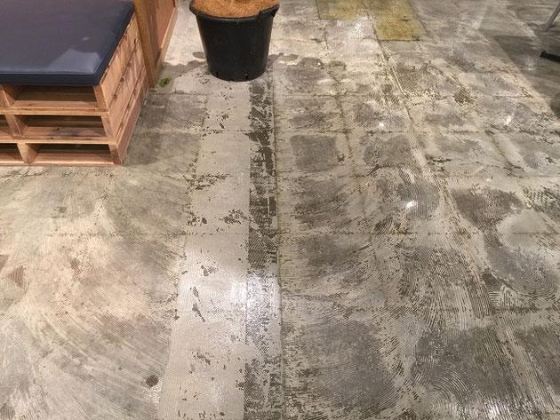 草叢書店の床は前の床材をはがしてそのまま使っている!!!