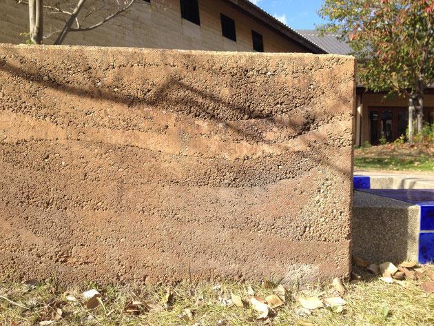 版築塀(はんちくべい)がありました 常滑の土の色でしょうか?