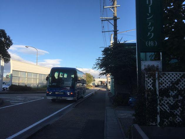 会社の前にバスが。これから朝からの大宴会が始まる!!!