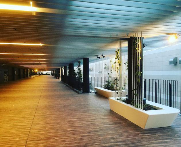 金城ふ頭駐車場。緑が壁面緑化であふれるベンチとスタイリッシュな回廊。