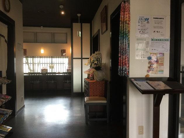尾張旭市の鎌倉カフェの店内は落ち着いた和の雰囲気で統一されている。