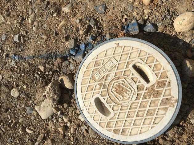 雨水排水マスとの位置関係を確認。大丈夫、問題なし!