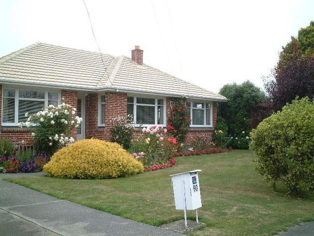 お庭と同じ作り方で芝生と植栽が目立つオープン外構