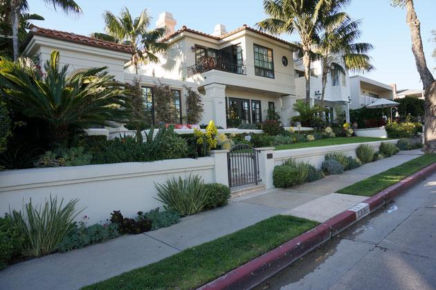 ザ・カリフォルニア的な雰囲気の漂うお家。やはり地中海性気候の植物とヤシがポイント?