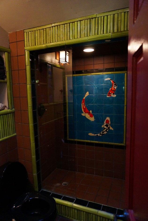 和のテイストのタイルが貼ってあるゲストハウスのシャワールーム ゲストハウスはもちろんガーデンにある