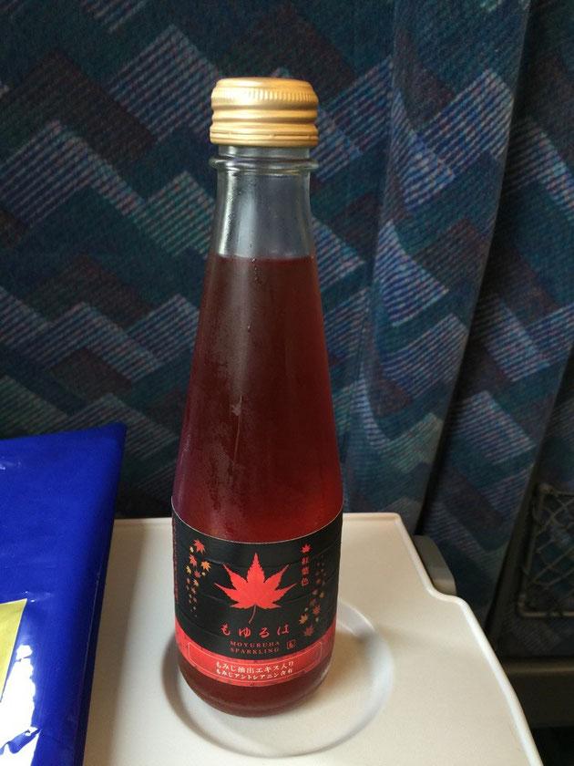 スッキリとしたフォルムのボトルにモミジエキスで真っ赤になった微炭酸のドリンクが!