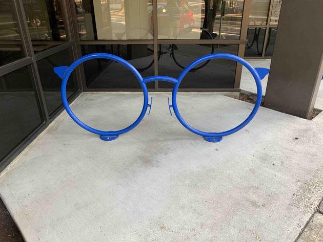 メガネ屋さんのサイクルスタンド。メガネの形だ。